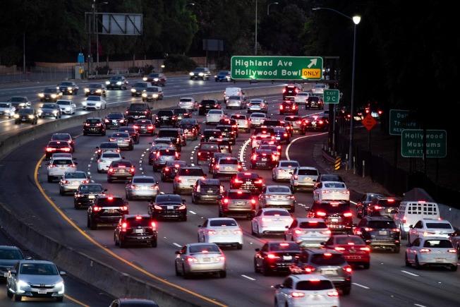 加州汽車數量居全美之冠,汽車排放廢氣標準嚴格,也居全美之冠。圖為南加州洛杉磯附近101號公路的車流。(Getty Images)