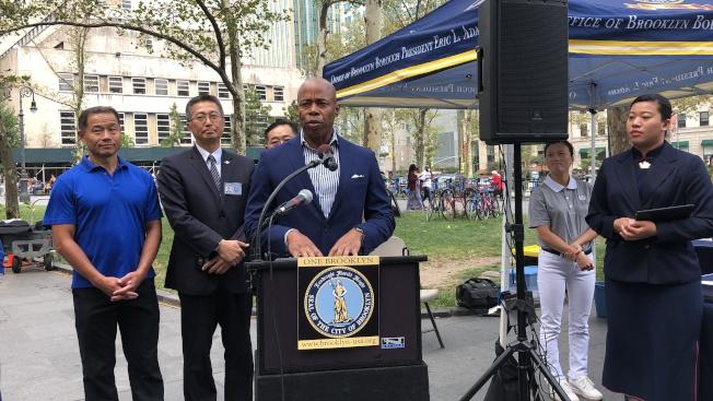 亞當斯攜手佛教慈濟美國紐約分會舉辦剪彩儀式,宣布推行「眼鏡醫療車」計畫。(記者顏潔恩/攝影)