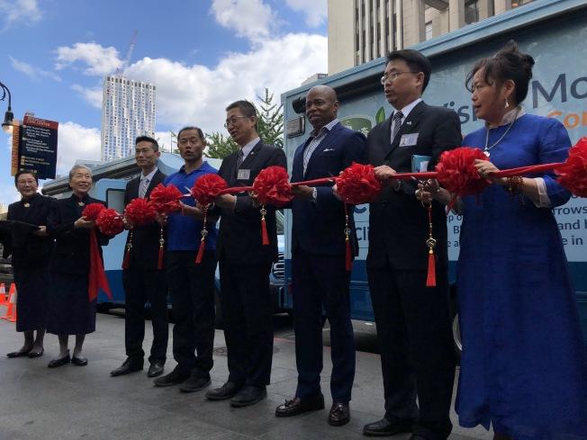 亞當斯(右三)攜手佛教慈濟美國紐約分會舉辦剪彩儀式,宣布推行「眼鏡醫療車」計畫,州參議員劉醇逸(右五)也到場支持。(記者顏潔恩/攝影)