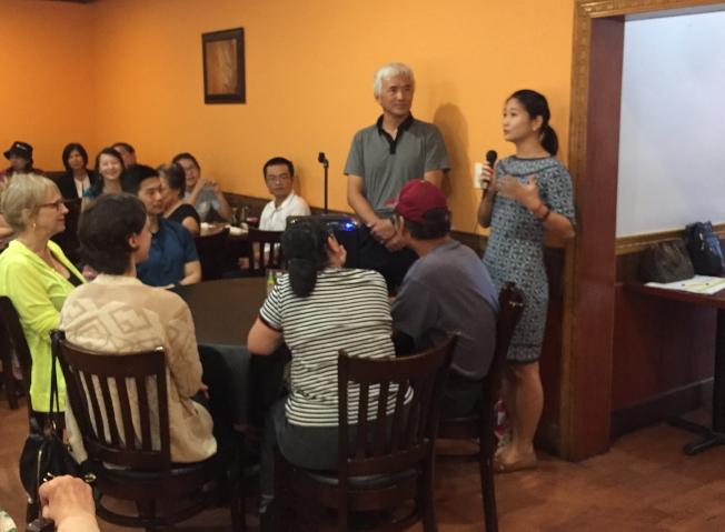 中華會館主席方榮華(立者左)及駐邁阿密台北經濟文化辦事秘書朱軒玟(立者右)分別致詞。(蘇新民提供)