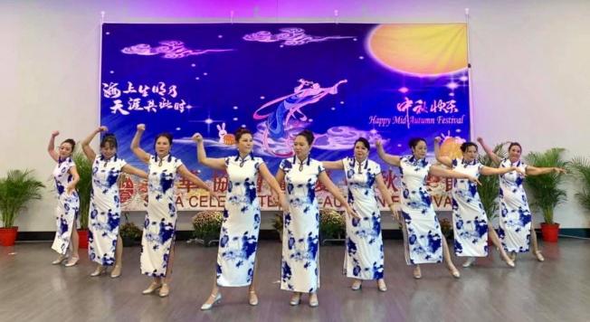 奧蘭多華人協會藝術團表演旗袍舞。(駐邁經文處提供)