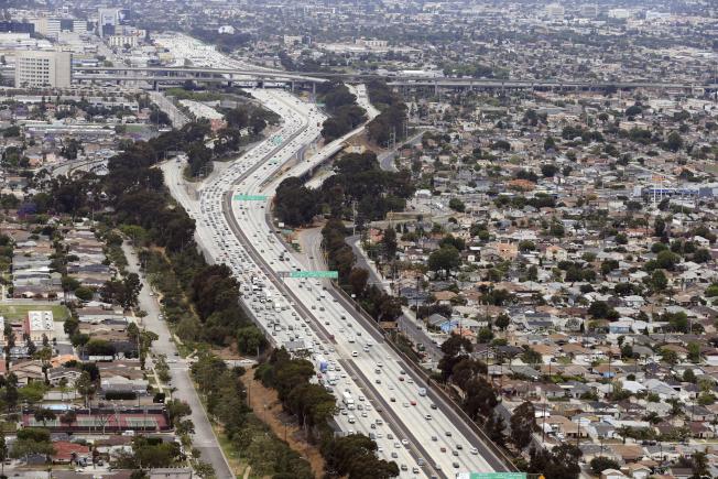 加州汽車數量全美最多,所以制定最嚴格的排放標準。圖為聖地牙哥市區,公路穿城而過。(美聯社)