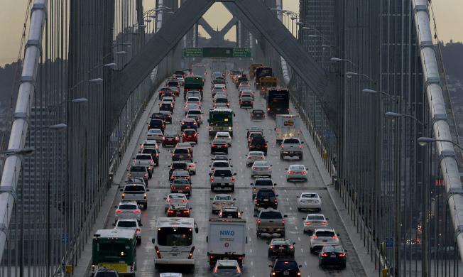川普政府廢除一項行之有年的作法,不准加州自行制定汽車排放標準。圖為北加州舊金山灣區的交通堵塞,空氣中充滿汽車排放的廢氣。(美聯社)