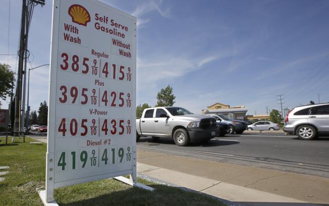 加州因為實施嚴格控制污染標準,所以油價也比其他州貴。圖為加州首府沙加緬度的油價。(美聯社)