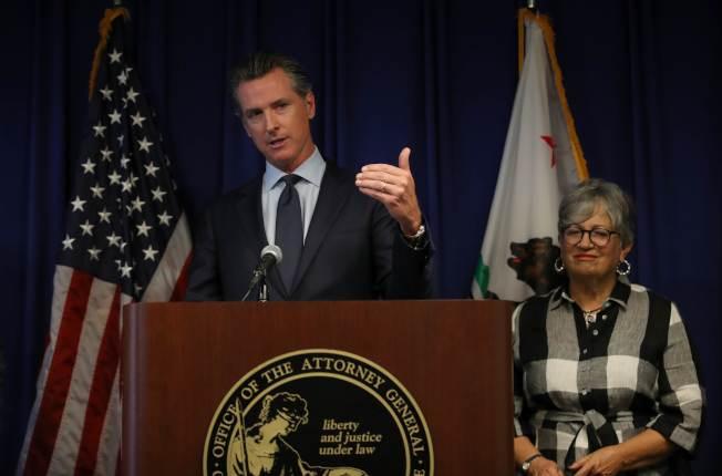 川普政府廢除一項行之有年的作法,不准加州自行制定汽車排放標準。圖為加州州長紐森痛批這個決定,揚言提告。(Getty Images)