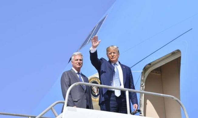 川普總統18日發推文說,將會用歐布萊恩(Robert OBrien)接任國安顧問,代替已去職的波特。圖為川普與歐布萊恩18日在洛杉磯機場。(Getty Images)
