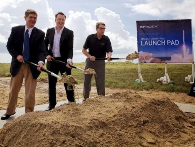 馬斯克(中)和德州州長艾伯特在發射場動土。 (取自德州州長辦公室)