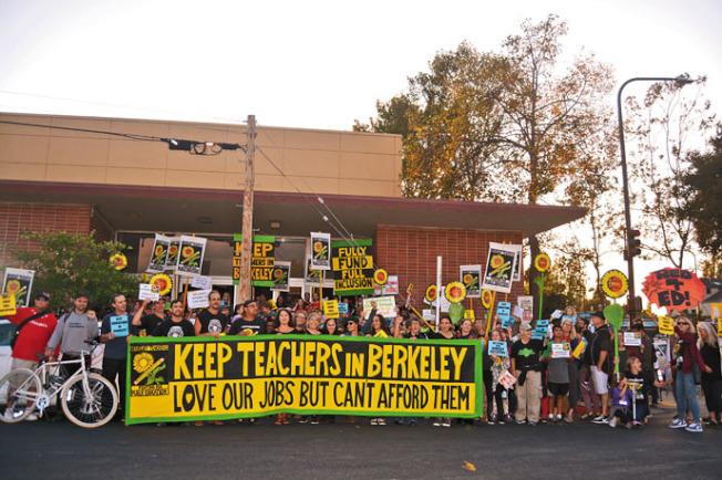 柏克萊教師聯合會大批老師18日在柏克萊學區門口示威遊行。(記者劉先進╱攝影)