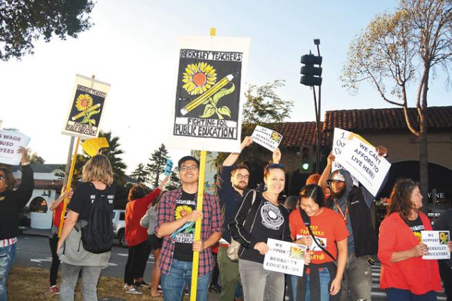 柏克萊教師聯合會大批老師18日在柏克萊學區門口示威遊行,華裔數學老師黃恩力(圖左二)說,柏克萊教師薪酬很低,難以負擔生活成本上漲、尤其是灣區的房租,讓不少教師家庭壓力巨大。(記者劉先進╱攝影)