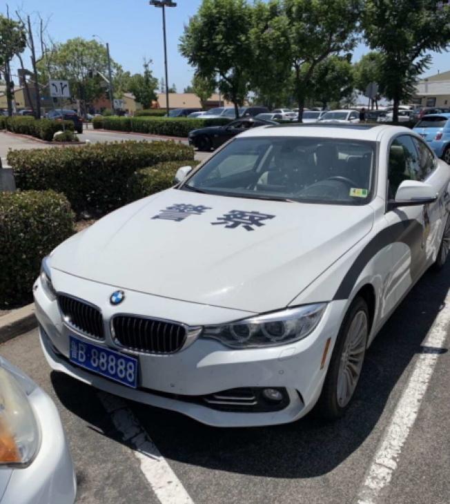 今年8月,在爾灣市公共場所出現印有「警察」中文字樣的「偽警車」。(民眾提供)
