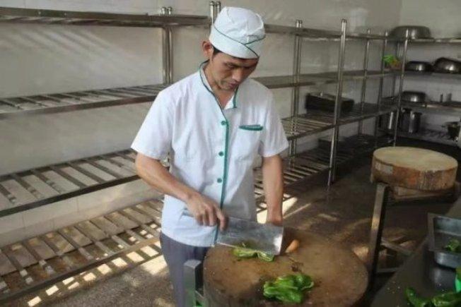 杭州電子科技大學的食堂出了一位「廚師詩人」。(取材自錢江晚報)
