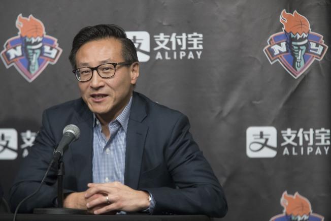 來自台灣的阿里巴巴集團現任副主席蔡崇信成為擁有網隊百分之百股權的新老闆。圖為他今年5月在紐約出席一項記者會。(美聯社)