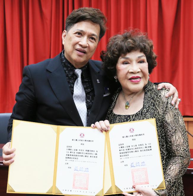 台灣影人協會理事長周遊(右)與夫婿李朝永(左)升格當教授。(記者潘俊宏/攝影)