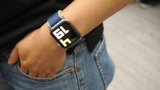 Apple Watch Series 5具備隨顯螢幕,隨時顯示時間等重要資訊,並會隨手腕動作自動調暗及調亮。(記者黃筱晴/攝影)