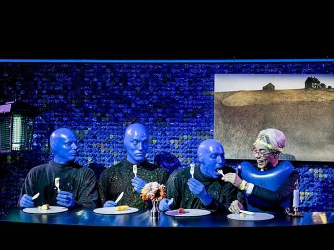 「Blue Man Group」結合默劇、雜耍、多媒體裝置以及行動藝術。(取自百老匯官網)