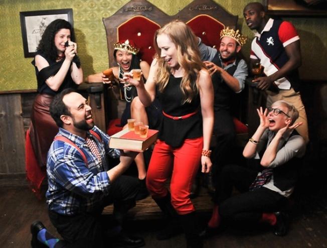 「Drunk Shakespeare」雖故意脫離劇本亂演,但其他員要即時把劇情拉回正軌,每場演出都獨一無二。(取自百老匯官網)