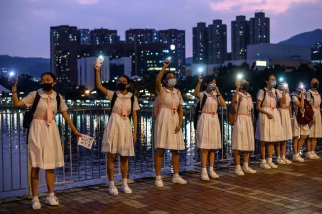 香港學生在沙田組成人鏈示威。(Getty Images)