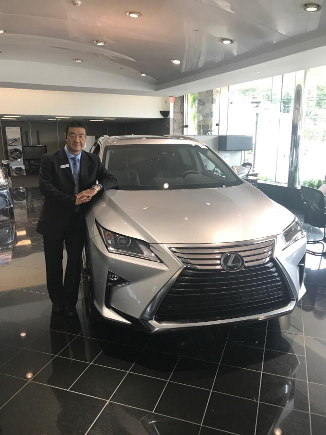資深華人代表Tyrone陳幫助客戶選擇最適合車款。