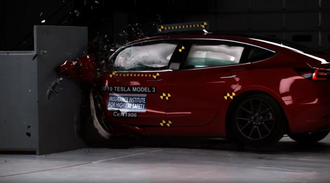 Model 3為特斯拉摘下第一個IIHS最高安全認證。圖片截取自IIHS測試影片