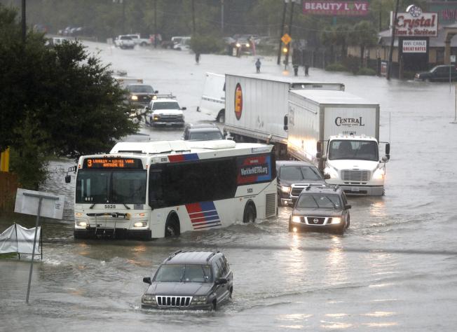 車輛試圖穿越休士頓淹水的59號州際公路。(美聯社)