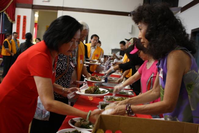 現場準備了豐富餐點,包括了台式冰點、綠豆椪以及懷舊晚餐。(記者林昱瑄/攝影)