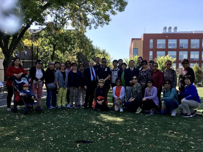 寇頓與多名警員19日造訪塞斯露公園,聽取民眾反映治安問題。(記者顏潔恩/攝影)