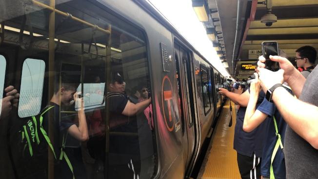 第二列MBTA橙線新車19日如期上線,圖為首列新車投入服務時,乘客興奮拍照。(記者劉晨懿之╱攝影)