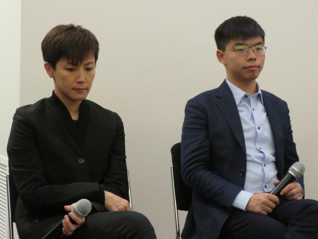 香港眾志秘書長黃之鋒(右)與歌手何韻詩19日參加美國華府智庫「全球台灣研究中心」(GTI)的「分域大道」電影賞析會,與民眾交流。華盛頓記者張加/攝影