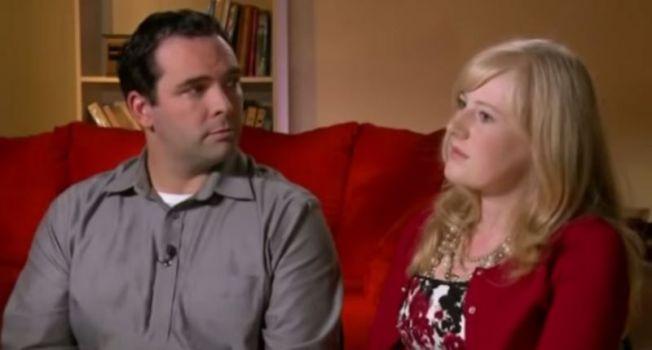印第安納州的巴內特夫婦移民加拿大後,竟把11歲的養女單獨留在美國獨住公寓數年,期間不給她提供任何生活資助。圖為巴內特夫婦2012年接受訪問。(CBS新聞電視台截圖)
