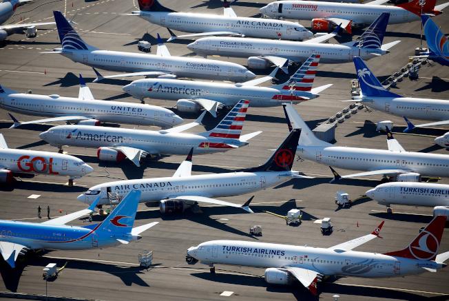 環保人士希望減少搭乘飛機,減少碳排放。(路透)