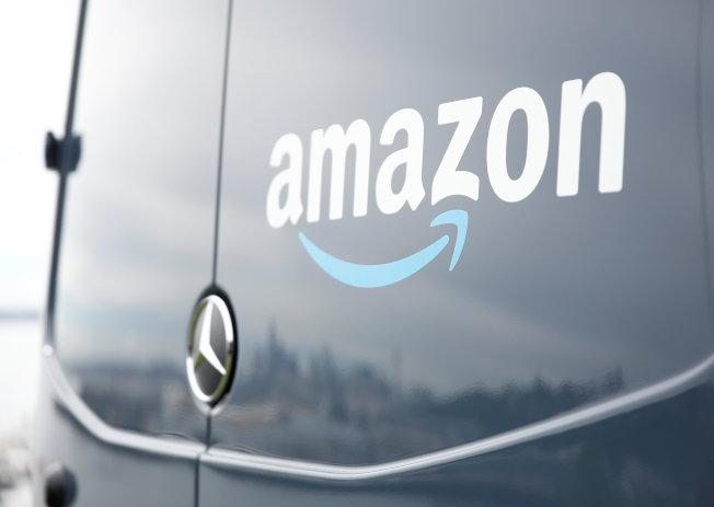 網路巨擘亞馬遜承諾增購電動車,逐步汰換現有車隊,以減低碳排放。(路透)
