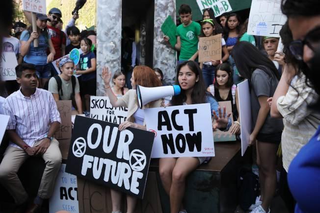 紐約市青年學生在聯合國前面示威,要求立刻採取行動遏止氣候暖化。(Getty Images)