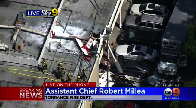 一架單引擎小飛機19日中午墜毀於托倫斯(Torrance)一家商場的屋頂上。(視頻截圖)