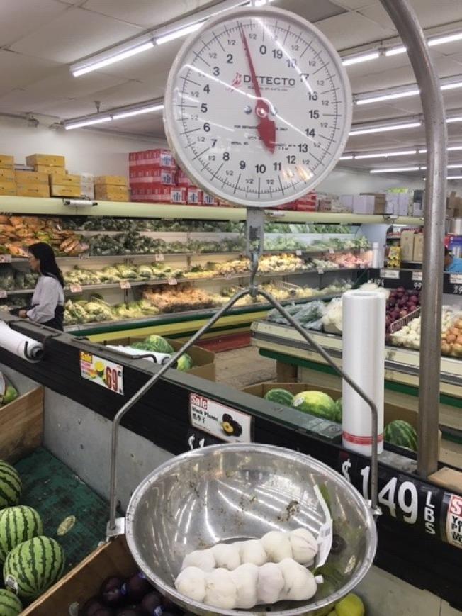 十頭大蒜一磅,2.89元,加稅超過3.15元。中國進口大蒜關稅增加,中國進口大蒜價格創近年新高。(記者楊青/攝影)
