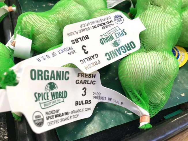 大蒜標價牌上顯示「美國生產」。(記者楊青/攝影)