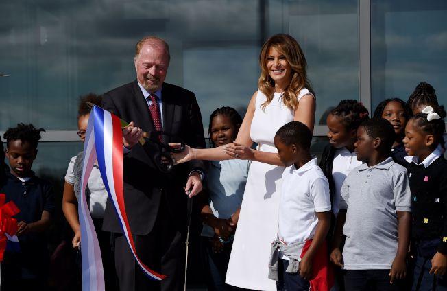 第一夫人梅蘭妮亞·川普和一群學童,為華盛頓紀念碑開放儀式剪綵。(Getty Images)