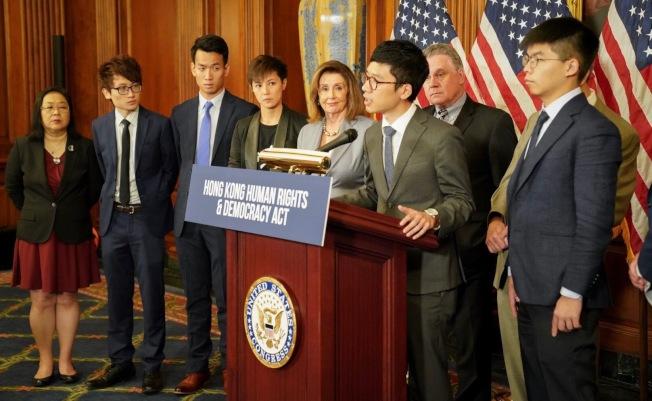聯邦眾議長波洛西(左五)公開支持香港人權及民主法案,並與一群反送中運動領袖在華府舉行記者會。(波洛西辦公室提供)