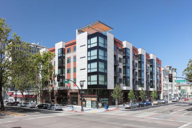 這兩年,屋崙百老匯街(Broadway)出現不少新建的現代化公寓,這些公寓的租金不便宜,也連帶大大提高了生活費。(Getty Images)