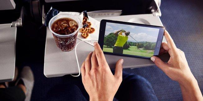 即使飛機起飛後座位有空,乘客必須多付錢才能享用較寬敞的空間 ,引起部分乘客埋怨。(AA航空Twitter)