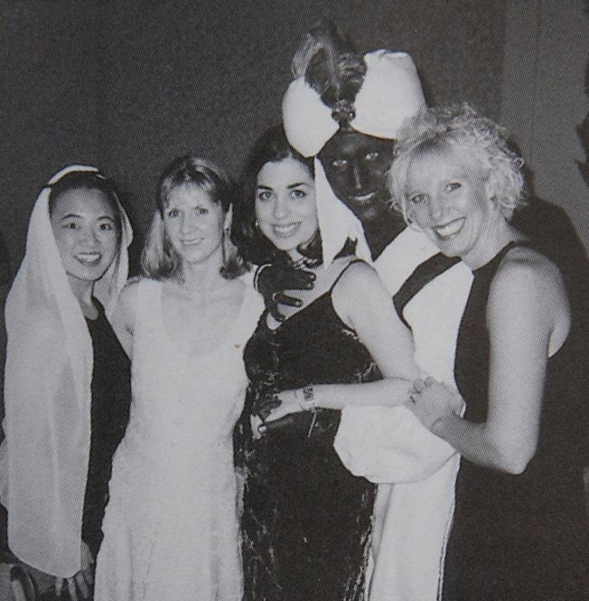 時代雜誌挖出加拿大總理杜魯多一張近20年前的「黑臉照」(右二),當時他出席任職私校的「阿拉丁之夜」晚宴,打扮成阿拉丁,塗黑了臉部及手。(路透)