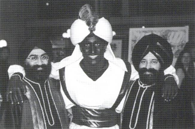這張2001年的照片,站在中間的杜魯多把臉和手塗黑,參加「阿拉丁之夜」活動。(美聯社)