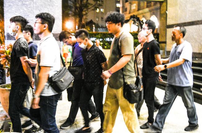 高雄警方19日逮捕前鎮寵物店開槍的8名嫌犯,並扣押賓士車及兩隻手槍。(記者劉學聖/攝影)