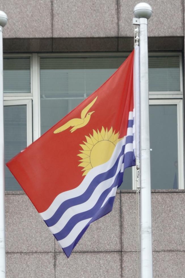 台北天母使館區高掛著吉里巴斯國旗。(記者林伯東/攝影)