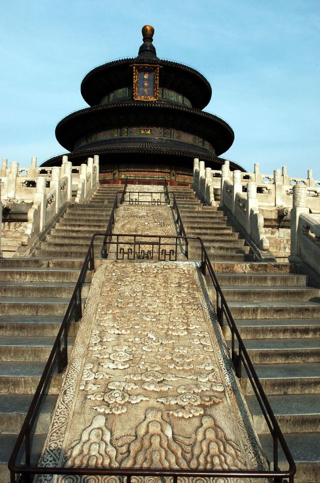 為慶祝中共建政70周年,北京全市將舉辦國慶遊園活動,18家收費公園免費開放。圖為北京天壇公園祈年殿。(本報資料照片)