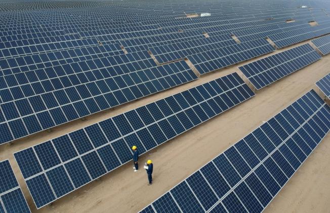 青海省格爾木市一座太陽能發電站宣稱,首次實現太陽能發電電價低於燃煤發電。圖為格爾木一處太陽能電站。(新華社)