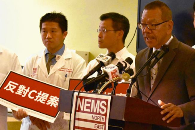 市議長余鼎昂(圖右)批評C提案誤導選民。(記者李秀蘭╱攝影)
