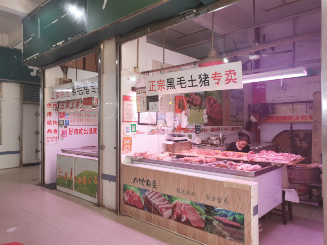 中國豬價自2019年初一路攀升,至今雖然稍微回穩,但估計要漲到明年春節結束。受到豬肉漲價影響,攤商坦言生意變不好,「大家都改吃其他肉了」,但受限市場管理規則,攤商不能恣意改賣其他品類。(中央社)