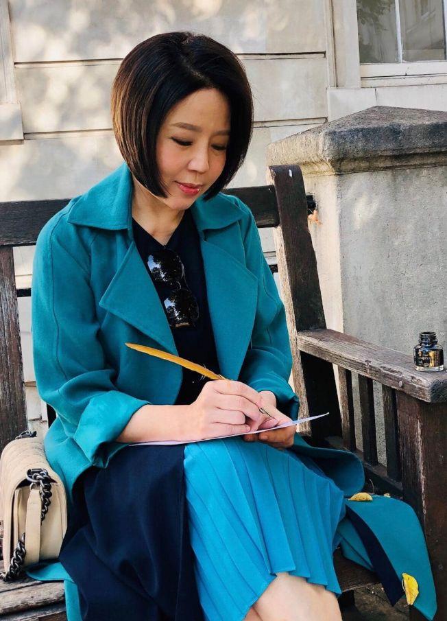 于美人送女兒到倫敦大學報到,在等待時寫信。(取材自臉書)