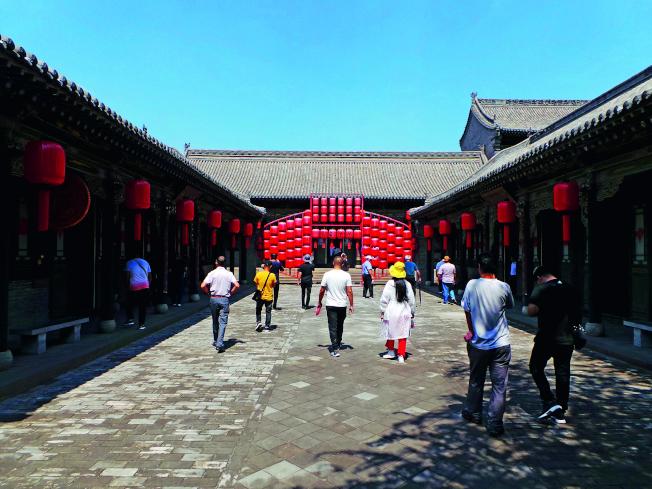 喬家大院曾因「大紅燈籠高高掛」、「喬家大院」影視劇而馳名,如今燈籠仍是該景區的關鍵詞之一。(取材自中國新聞周刊)