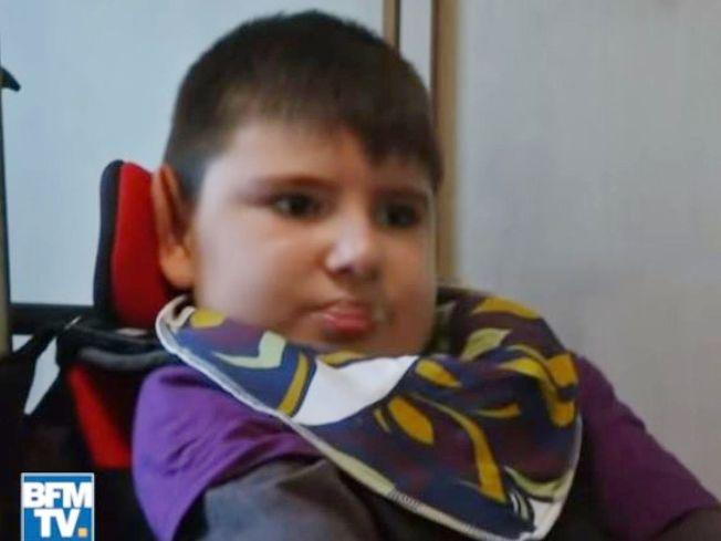 10歲男孩莫蒂8年前因食用牛肉而感染一種極其嚴重的大腸桿菌,經過多年來與病魔搏鬥,終於因為併發症而去世。( BFM電視台截圖)